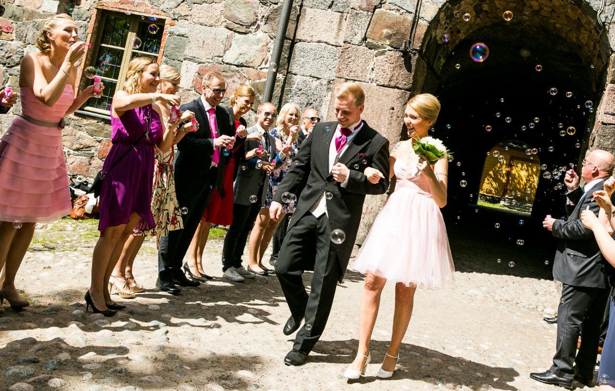 Ensitreffit alttarilla -pari Miia ja Olli vihittiin heti ensimmäisillä treffeillään AVA-kanavan ohjelmassa,